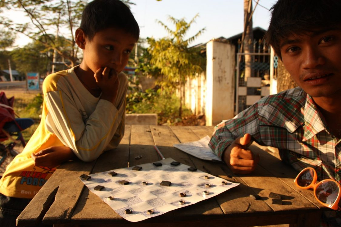 ear Monywa. Even if you don't speak the same language, you can still play checkers. ©Grietje Evenwel.