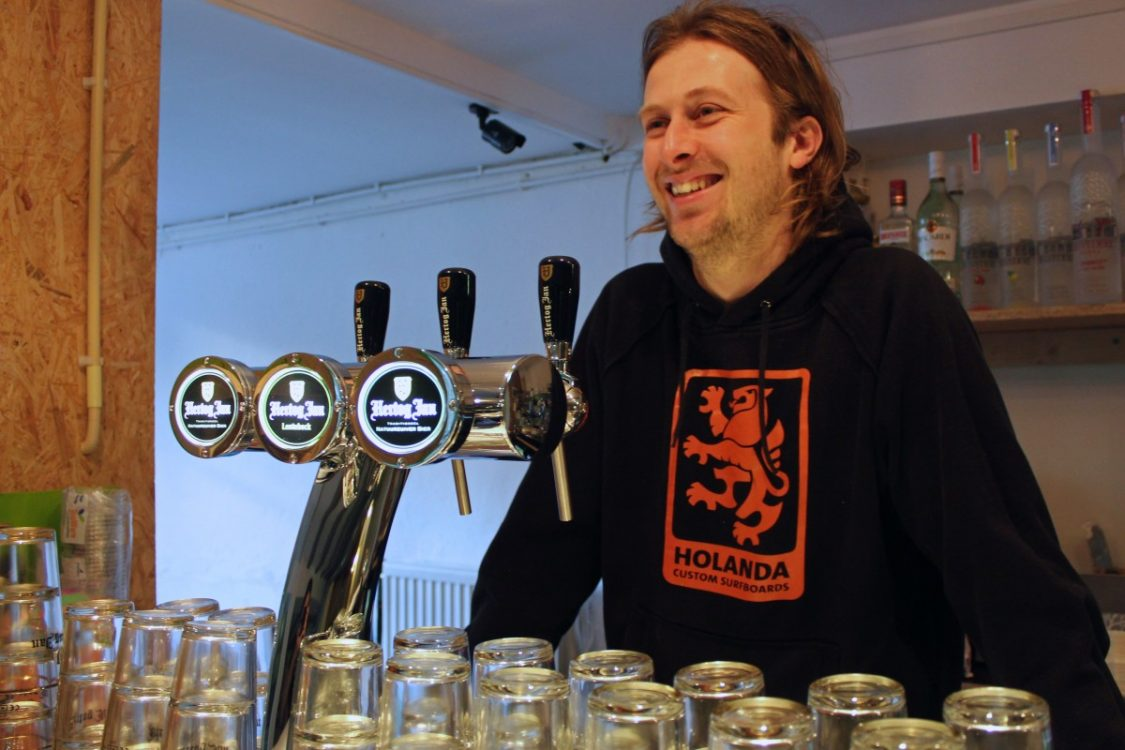 Eigenaar Jan de Koning achter de bar van het Kingkool hostel. ©Bunch of Backpackers.