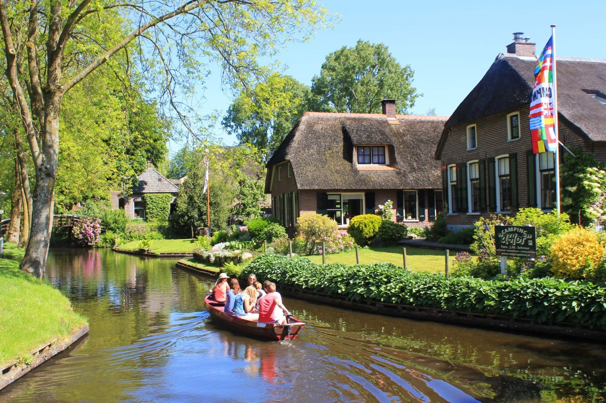 Visit giethoorn the picturesque dutch village with no for Tiny house holland michigan