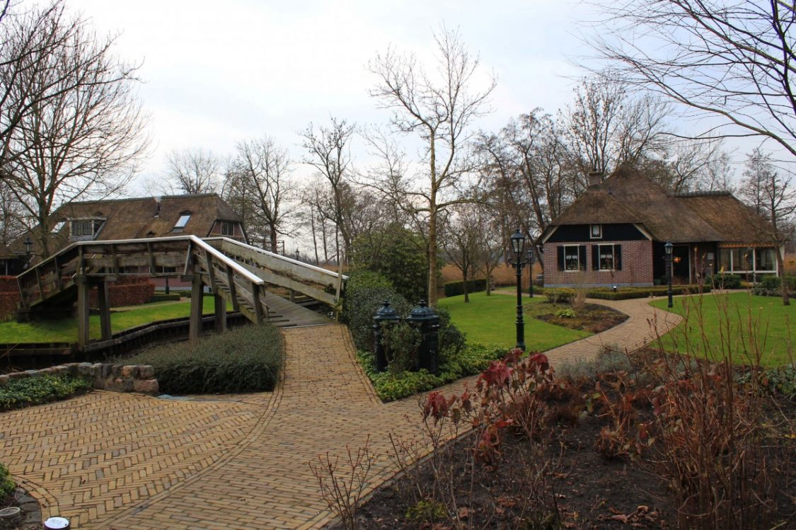 Pathways in the village of Giethoorn. ©Bunch of Backpackers.