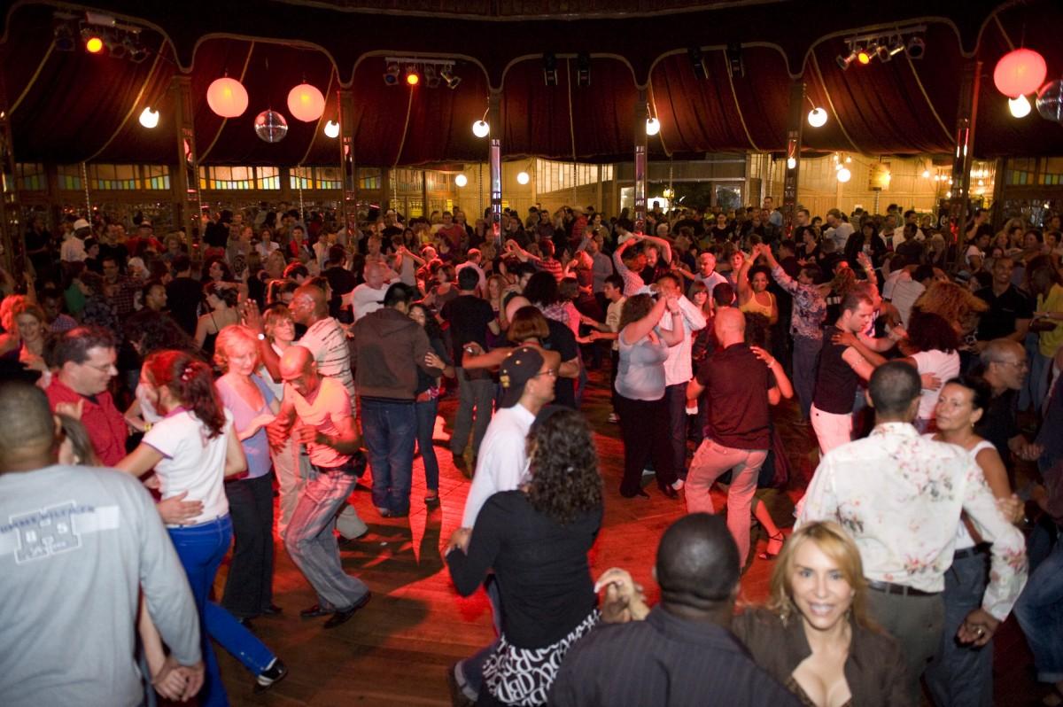 Dansende menigte Antilliaanse feesten. ©Bram Paulussen